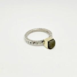 gehamerde ring met ruwe diamant